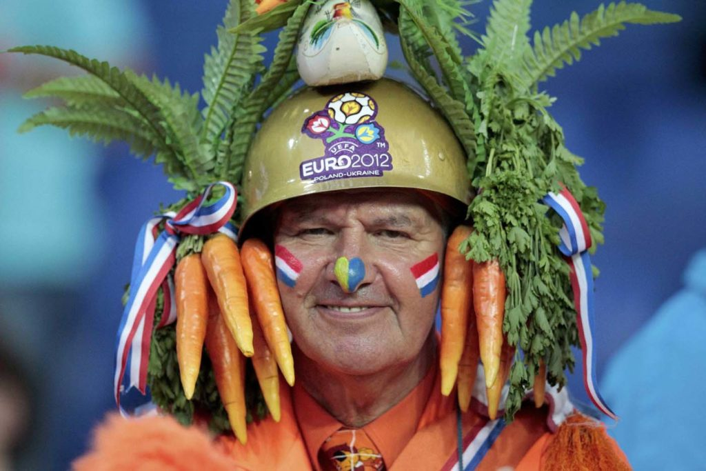 A Netherlands fans waits for the begin of the Group B Euro 2012 soccer match against Portugal at Metalist stadium in Kharkiv, June 17, 2012. REUTERS/Vasily Fedosenko (UKRAINE - Tags: SPORT SOCCER) ORG XMIT: HPB01